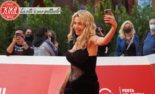 Valeria Marini - Roma - 23-10-2020 - RomaCinemaFest, Valeria Marini dark lady sul red carpet di Borat