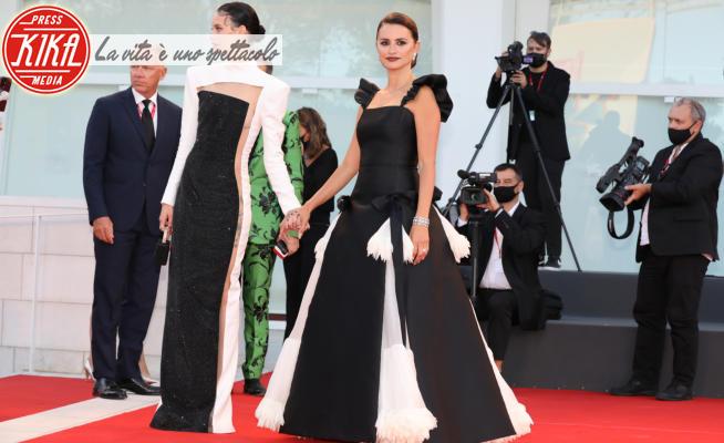 Milena Smit, Penelope Cruz - Venezia - 28-01-2021 - Venezia 78, red carpet in black & white
