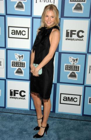 Sienna Miller - Santa Monica - 23-02-2008 - Sienna Miller, un nome, una garanzia… di stile!
