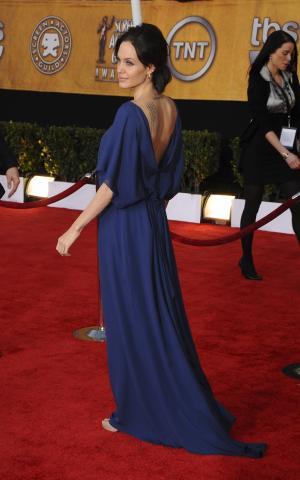 Angelina Jolie - Los Angeles - 26-01-2009 - Ai SAG Angelina Jolie stravolge la moda indossando il vestito al contrario