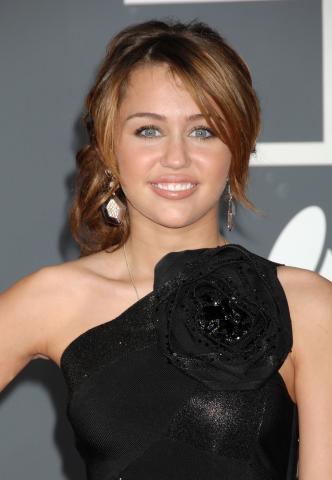 Miley Cyrus - Los Angeles - 09-02-2009 - Chiesti quattro miliardi di dollari di risarcimento a Miley Cyrus per aver offeso le persone di etnia asiatica