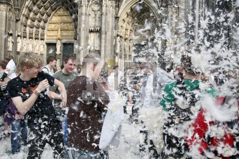 Battaglia Di Cuscini.Volano Le Piume Davanti Alla Cattedrale Di Colonia Per La
