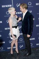 Michelle Williams, Ryan Gosling - New York - 07-12-2010 - Ryan Gosling tra Michelle Williams e Blake Lively