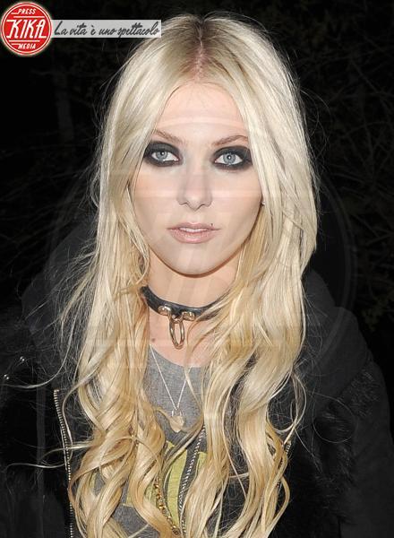 Taylor Momsen - Londra - 15-12-2010 - Il collarino effetto Belle Epoque: le star prese per il collo!
