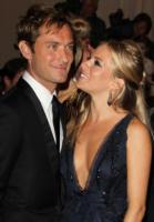 Sienna Miller, Jude Law - New York - 10-02-2011 - Jude Law ci ricasca: quinto figlio in arrivo…dalla ex!