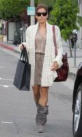 Eva Mendes - Beverly Hills - Il cardigan ritorna dagli Anni Ottanta con furore