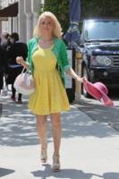 Holly Madison - 13-06-2012 - Bianco o colorato, ecco il pizzo di primavera!