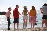 Imogen Poots, Aaron Paul, Toni Collette, Pierce Brosnan - 22-10-2012 - Pierce Brosnan gioca tra le onde insieme a Toni Collette e Aaron Paul