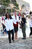 Aaron Paul, Pierce Brosnan - 22-10-2012 - Pierce Brosnan gioca tra le onde insieme a Toni Collette e Aaron Paul