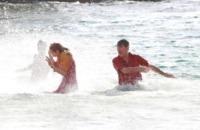 Toni Collette, Pierce Brosnan - 22-10-2012 - Pierce Brosnan gioca tra le onde insieme a Toni Collette e Aaron Paul