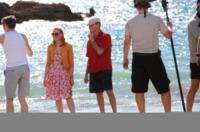 Aaron Paul, Toni Collette, Pierce Brosnan - 22-10-2012 - Pierce Brosnan gioca tra le onde insieme a Toni Collette e Aaron Paul