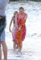 Toni Collette - 22-10-2012 - Pierce Brosnan gioca tra le onde insieme a Toni Collette e Aaron Paul