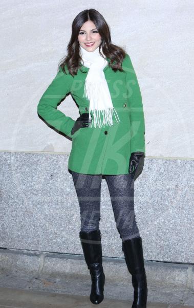 Victoria Justice - New York - 28-11-2012 - Corto e colorato: ecco il cappotto di primavera