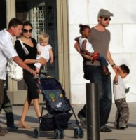 Vivienne Jolie Pitt, Shiloh Jolie Pitt, Knox Leon Jolie Pitt, Maddox Jolie Pitt, Angelina Jolie, Brad Pitt - Miraval - 11-08-2007 - Brad Pitt-Angelina Jolie: pronto il contratto prematrimoniale