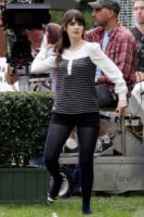Zooey Deschanel - Los Angeles - 23-01-2013 - Jennifer Lopez e le altre, sexy in shorts in barba al freddo