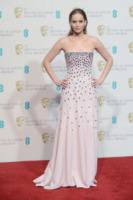 Jennifer Lawrence - Londra - 10-02-2013 - Grazie a Dior, Jennifer Lawrence è una regina sul red carpet!