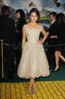 Mila Kunis - Hollywood - 13-02-2013 - Vita stretta e gonna ampia: bentornati anni '50!