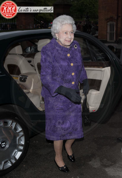 Regina Elisabetta II - Londra - 30-05-2013 - Elisabetta II, viola che vince non si cambia!