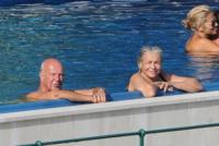 Nicola Carraro, Mara Venier - Portofino - 03-08-2013 - L'estate non è solo mare, ma anche tranquillitàdella piscina