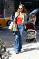 Jessica Alba - New York - 09-09-2013 - Corsi e ricorsi fashion: dagli anni '70 ecco i pantaloni a zampa