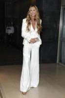 Elle Macpherson - Londra - 06-03-2012 - Quando le dive rubano dall'armadio di lui