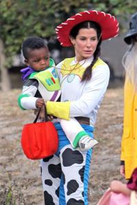 Sandra Bullock - Los Angeles - 31-10-2012 - Ad Halloween le star si vestono così