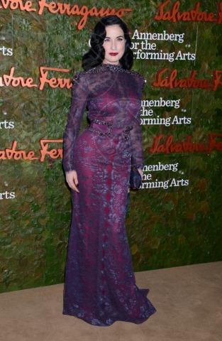 Dita Von Teese - Beverly Hills - 17-10-2013 - Il red carpet sceglie il colore viola. Ma non portava sfortuna?