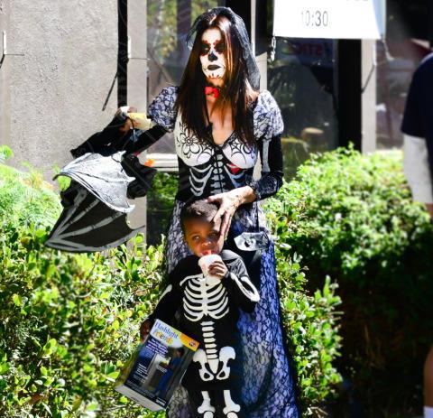Louis Bullock, Sandra Bullock - Beverly Hills - 19-10-2013 - Ad Halloween le star si vestono così