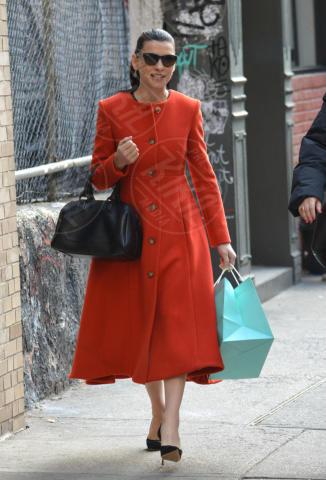 Julianna Margulies - New York - 28-10-2013 - Sarà un inverno caldo… con un cappotto rosso!