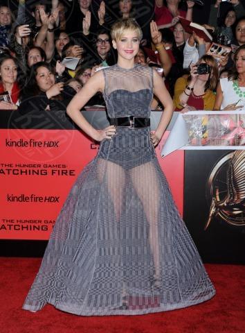 Jennifer Lawrence - Hollywood - 18-11-2013 - Grazie a Dior, Jennifer Lawrence è una regina sul red carpet!