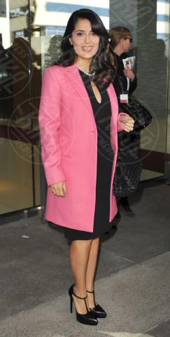 Salma Hayek - Los Angeles - 12-01-2013 - L'inverno è più romantico con il cappotto rosa!