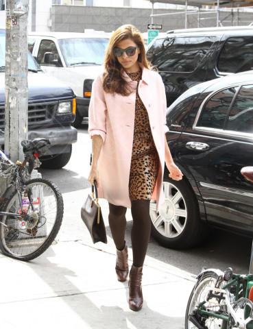 Eva Mendes - New York - 27-03-2013 - L'inverno è più romantico con il cappotto rosa!