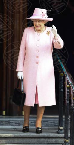 Regina Elisabetta II - Manchester - 23-03-2012 - L'inverno è più romantico con il cappotto rosa!