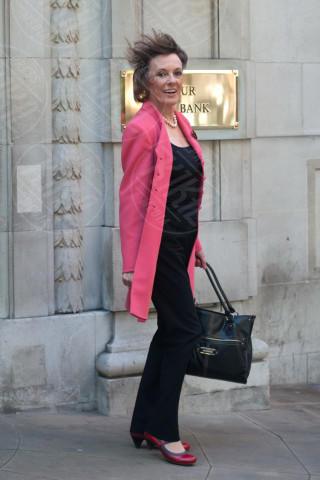 Esther Rantzen - Londra - 03-11-2013 - L'inverno è più romantico con il cappotto rosa!