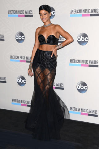 Rihanna - Los Angeles - 24-11-2013 - Top Crop & company: pancini al vento sul red carpet
