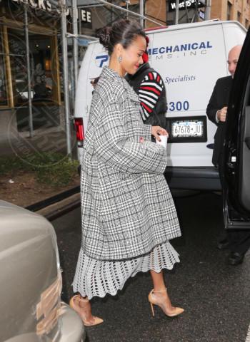 Zoe Saldana - New York - 05-12-2013 - Basta tinta unita! Colora l'inverno con un cappotto fantasia!
