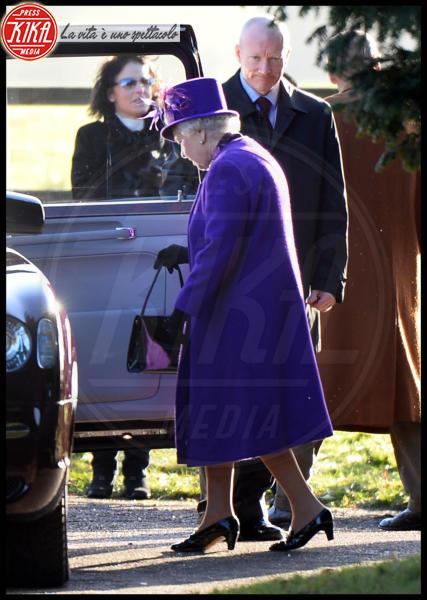 Regina Elisabetta II - Londra - 29-12-2013 - Elisabetta II, viola che vince non si cambia!