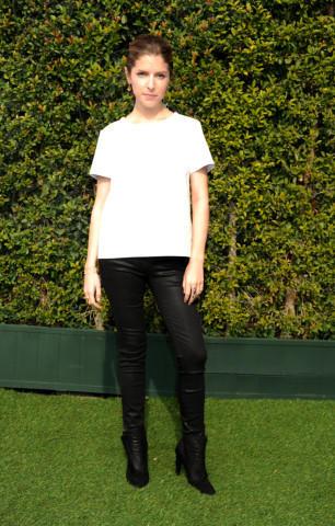 Anna Kendrick - Los Angeles - 08-01-2014 - Camicia bianca e pantaloni neri: dal casual al red carpet