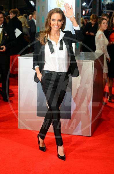Angelina Jolie - Londra - 16-02-2014 - Camicia bianca e pantaloni neri: dal casual al red carpet