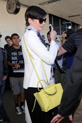 Anne Hathaway - Los Angeles - 10-03-2014 - In carrozza! Anche il viaggio ha il suo dress code