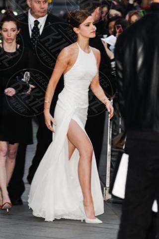 Emma Watson - Londra - 31-03-2014 - Contro il caldo dell'estate, prendi fresco con lo spacco!