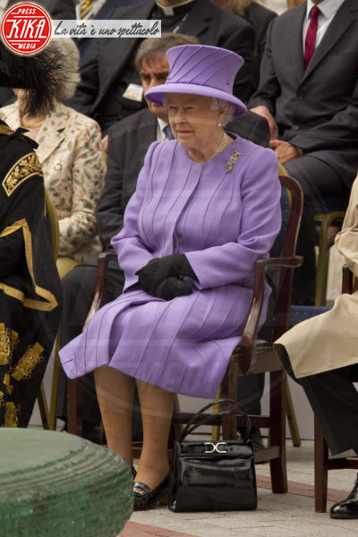 Regina Elisabetta II - Exeter - 02-05-2012 - Elisabetta II, viola che vince non si cambia!