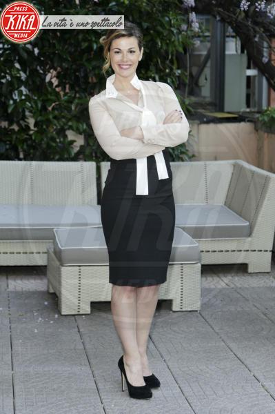 Vanessa Incontrada - Milano - 16-04-2014 - Camicia bianca e gonna nera: un look… evergreen!