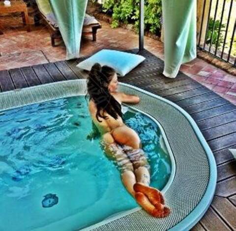 Naike Rivelli - 02-05-2014 - L'estate non è solo mare, ma anche tranquillitàdella piscina