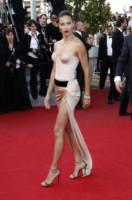 Adriana Lima - Cannes - 18-05-2014 - Contro il caldo dell'estate, prendi fresco con lo spacco!