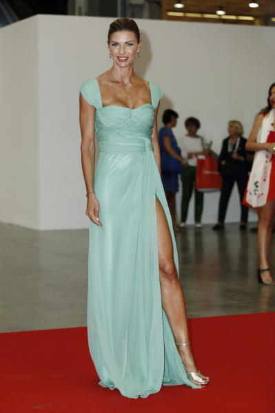 Martina Colombari - Milano - 12-06-2014 - Contro il caldo dell'estate, prendi fresco con lo spacco!