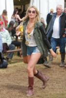 Laura Whitmore - Glastonbury - 27-06-2014 - Con gli shorts di jeans, siamo tutte Daisy Duke!