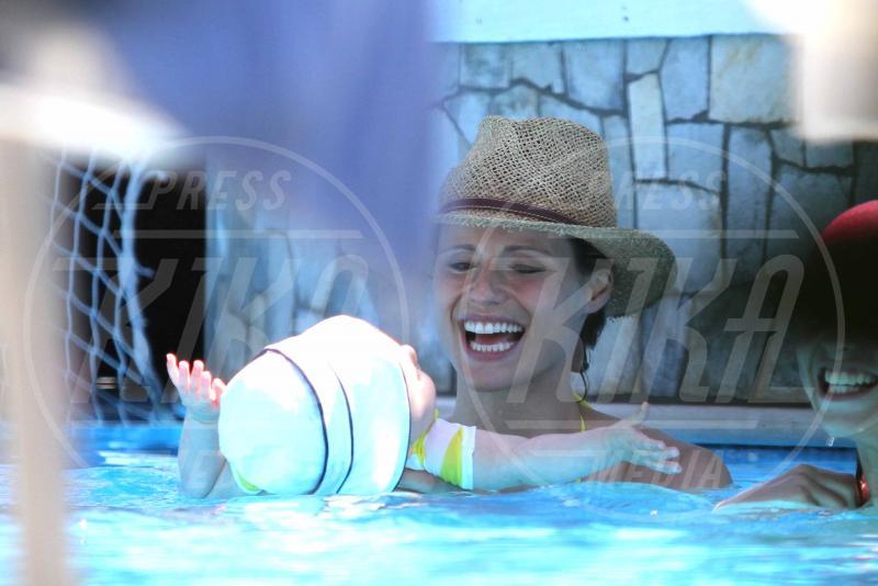 Sole Trussardi, Michelle Hunziker - Forte dei Marmi - 01-07-2014 - L'estate non è solo mare, ma anche tranquillitàdella piscina
