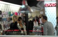 Rihanna - Parigi - 30-04-2010 - Si sta avventurando in un sexy-shop, la riconosci?
