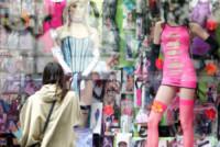Liv Tyler - New York - 04-06-2012 - Si sta avventurando in un sexy-shop, la riconosci?